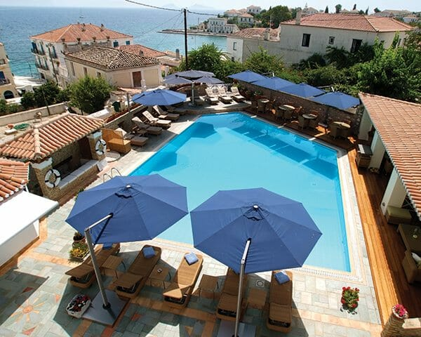 P6 Round Uno Umbrella shading seating at a commercial pool