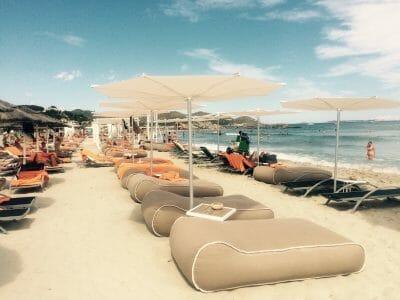 Réve Umbrella on a beach next to the water